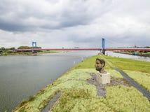 Duisburg Niemcy, Październik, - 03 2017: Rzeźby echo Poseidon tworzący Markus Lueppertz jest powitaniem Obrazy Stock