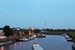 Duisburg Ruhrort in de avond Stock Afbeeldingen