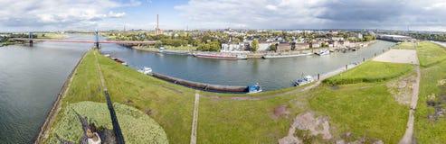Duisburg Tyskland - Oktober 03 2017: Den Friedrich-Ebert bron förbinder Ruhrort och Homberg, antenn från Arkivbilder