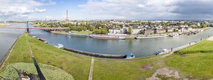 Duisburg Tyskland - Oktober 03 2017: Den Friedrich-Ebert bron förbinder Ruhrort och Homberg, antenn från Arkivfoto