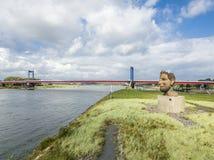 Duisburg Tyskland - Oktober 03 2017: Skulpturekot av Poseidon som skapas av Markus Lueppertz, hälsar Fotografering för Bildbyråer