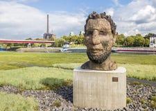 Duisburg Tyskland - Oktober 03 2017: Skulpturekot av Poseidon som skapas av Markus Lueppertz, hälsar Royaltyfria Bilder