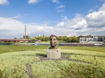Duisburg Tyskland - Oktober 03 2017: Skulpturekot av Poseidon som skapas av Markus Lueppertz, hälsar Arkivfoto