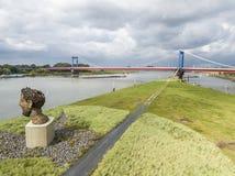 Duisburg Tyskland - Oktober 03 2017: Skulpturekot av Poseidon som skapas av Markus Lueppertz, hälsar Royaltyfri Bild