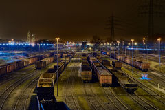 DUISBURGO, ALEMANIA - 21 DE MARZO DE 2016: flete los carros alineados en la noche para cargar en la yarda de la carga de la acerí Fotos de archivo libres de regalías