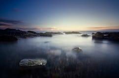 Duistere strandscène met dramatisch licht royalty-vrije stock afbeeldingen
