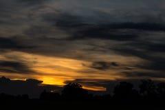 Duisternis en zonsondergang over het platteland Stock Afbeeldingen
