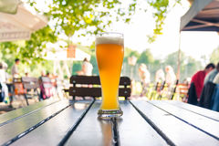 Duits Bier 0.5 Liter op Houten Lijst Biergarten Traditionele Cul Stock Foto