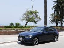 Duits blauw BMW 120i in Barranco, Lima Stock Fotografie