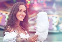 Duits een Dirndl dragen en Meisje die candyfloss eten royalty-vrije stock afbeelding