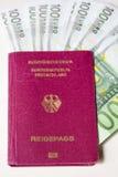 Duits internationaal reizend paspoort en euro geld Royalty-vrije Stock Fotografie