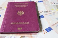 Duits internationaal reizend paspoort en euro geld Stock Afbeelding