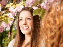 Duits meisje dat met vriend babbelt Royalty-vrije Stock Foto's