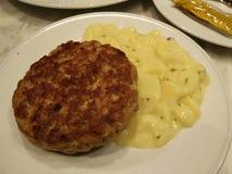 Duits ontbijt _hamburger en potatos stock afbeeldingen