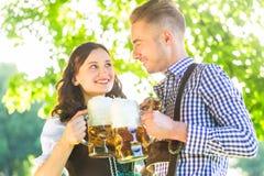 Duits paar in Tracht-het drinken bier Stock Afbeelding