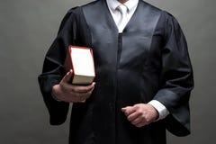 Duitse advocaat met een robe en een boek stock afbeeldingen