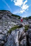 Duitse alpen Augustus 2017: Jong meisje die zich met bovenop de rots bevinden en een brede vallei onderzoeken royalty-vrije stock foto's