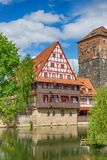 Duitse architectuur en Pegnitz-rivier Oud fachwerkhuis Nuremberg, Beieren, Duitsland Nagedacht in water royalty-vrije stock fotografie