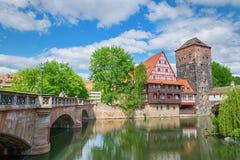 Duitse architectuur en Pegnitz-rivier Oud fachwerkhuis Nuremberg, Beieren, Duitsland Nagedacht in water stock afbeeldingen