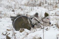 Duitse artillerymen op het slagveld Fragment van de militair-historische festival` Januari Donder ` Stock Afbeelding