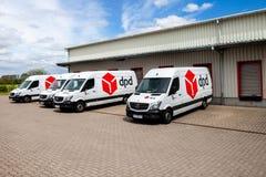Duitse Benzbestelwagen van Mercedes van dpdtribunes op logistisch depot stock afbeeldingen