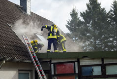 Duitse brandbestrijders in actie met zuurstofcilinders Royalty-vrije Stock Fotografie