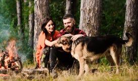 Duitse de herdershond van het paarklopje dichtbij vuur, aardachtergrond royalty-vrije stock afbeelding