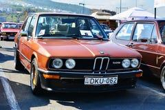 Duitse de sedanschrijver uit de klassieke oudheid van BMW E12 528 in het parkeerterrein Royalty-vrije Stock Foto's