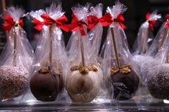 Duitse delicatesseappelen in chocolade in showcase bij het festival bij nacht royalty-vrije stock fotografie