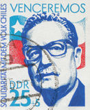 DUITSE DEMOCRATISCHE REPUBLIEK - CIRCA 1973: zegel die een beeld van voorzitter Salvador Allende, circa 1973 tonen stock fotografie