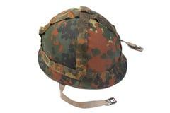 Duitse die legerhelm met camouflagedekking op witte achtergrond wordt geïsoleerd royalty-vrije stock afbeelding