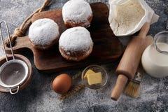 Duitse donuts of berliner met ingrediënt op grijze achtergrond royalty-vrije stock fotografie