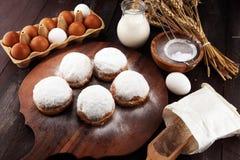 Duitse donuts of berliner met ingrediënt op rustieke achtergrond stock afbeeldingen