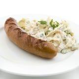 Duitse gebraden worst met aardappelsalade Stock Afbeelding