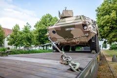 Duitse gepantserde militaire voertuigen van Bundeswehr, tribunes op een treinwagen stock foto's