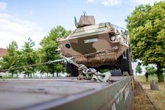 Duitse gepantserde militaire voertuigen van Bundeswehr, tribunes op een treinwagen royalty-vrije stock afbeeldingen