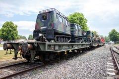 Duitse gepantserde militaire voertuigen van Bundeswehr, tribunes op een treinwagen royalty-vrije stock foto's