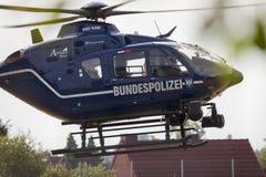 Duitse helikopter van Bundespolizei-land op een gebied voor een reddingsopdracht stock afbeeldingen