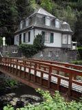 Duitse huis en brug in Monchau Stock Fotografie