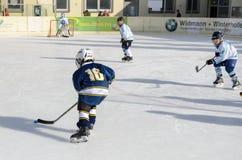 Duitse jonge geitjes die ijshockey spelen royalty-vrije stock afbeelding