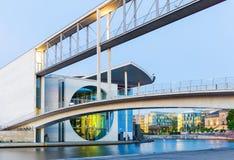 Duitse Kanselarij op de Rivierfuif in het blauwe uur, Berlijn Royalty-vrije Stock Foto's