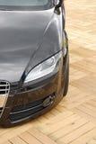 Duitse luxeauto op houten gr. stock fotografie