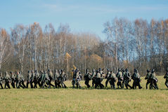 Duitse militair-reenactorsgang met kanonnen Royalty-vrije Stock Fotografie