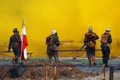 Duitse militair-reenactorsgang naar de gele damp Stock Foto
