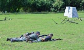 Duitse militairen in het historische weer invoeren van WO.II Stock Afbeeldingen