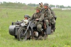 Duitse militairen van WW2 bij motorbile Stock Afbeelding