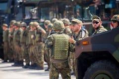 Duitse militairentribunes op legerkonvooi Royalty-vrije Stock Afbeeldingen