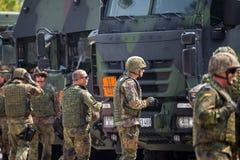 Duitse militairentribunes op legerkonvooi Stock Foto's
