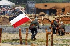 Duitse militairlooppas met door een Duitse vlag Stock Afbeeldingen