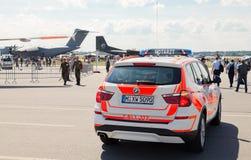 Duitse Notarzt, noodsituatie de aandrijving van de artsenauto op luchthaven Stock Afbeeldingen